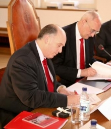 Luis Juste (formerly Director of Santander Universities) and Professor Sir Leszek Borysiewicz sign a renewed agreement between Santander and the University of Cambridge